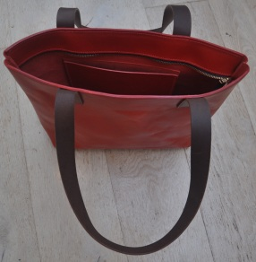 Tote with zip and inner pocket